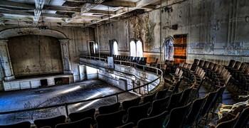 Побег с заброшенного театра